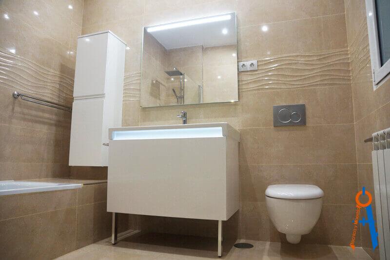 Reforma-de-Técnica-y-Maestría-en-la-Calle-Alcalá-de-Madrid,-baño-con-acabados-de-primera-calidad