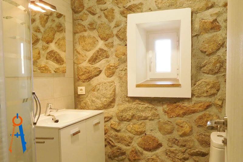 Reforma-en-Torrelodones-de-Técnica-y-Maestría,-recuperación-pared-baño
